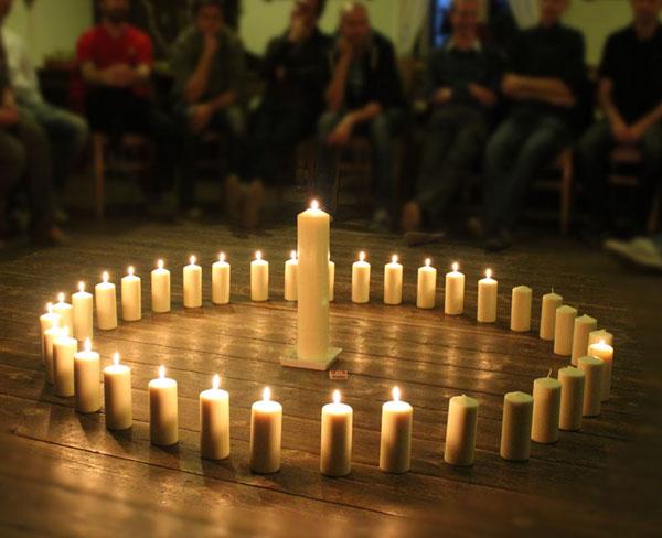 Lidské kruhy - svíčky